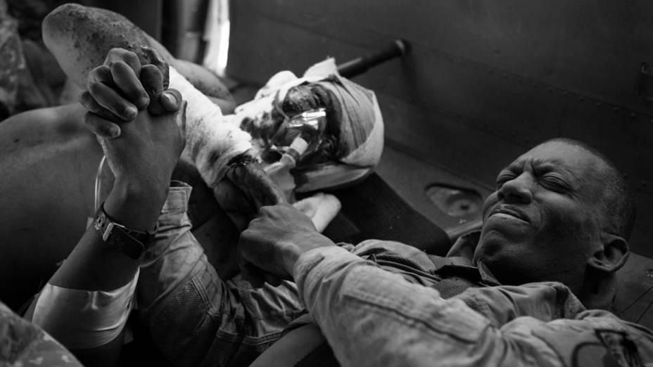 Soldados americanos feridos são resgatados de Kandahar, Afeganistão, em junho