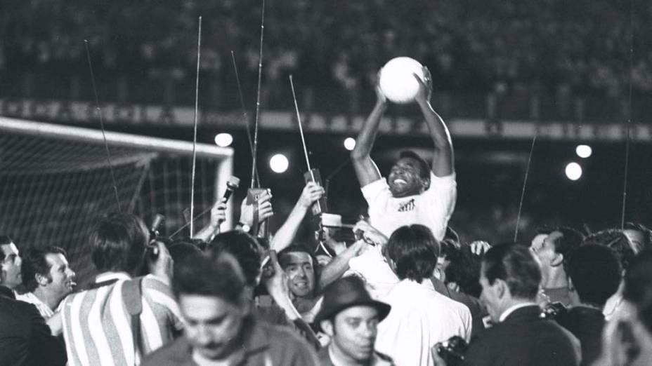 Pelé comemora após marcar o milésimo gol em partida contra o Vasco, no Maracanã, em 19 de novembro de 1969
