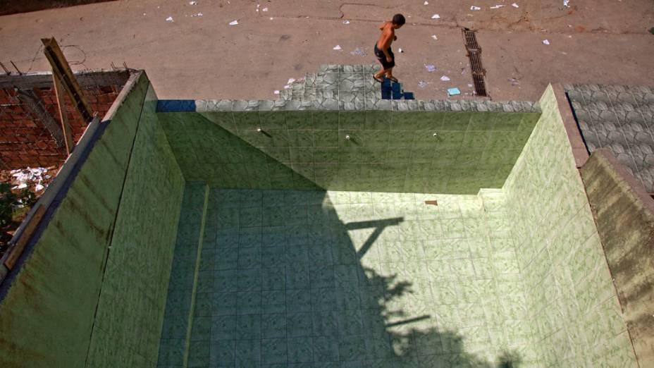 Piscina é preparada para uso público após a pacificação da comunidade Caracol, complexo da Penha, no Rio de Janeiro