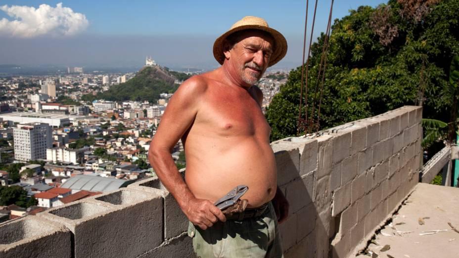 Líder comunitário Alcídes Azevedo da Costa, conhecido como Russão, na comunidade Caracol, complexo da Penha, no Rio de Janeiro