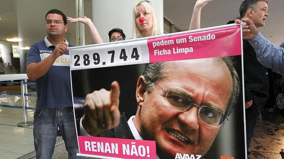Manifestantes protestam contra a candidatura de Renan Calheiros (PMDB-AL) à Presidência do Senado para o biênio 2013-2014, nesta sexta-feira.