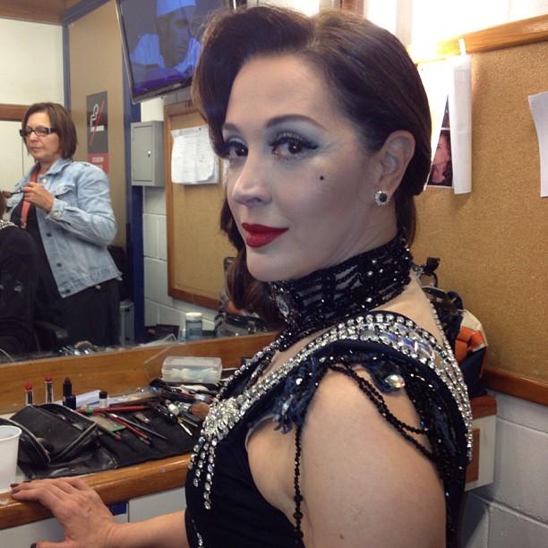 Cláudia Raia aparece vestida de dançarina burlesca