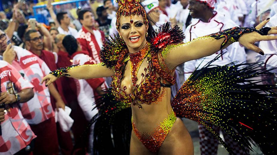 Viviane Araújo, rainha da bateria da Salgueiro, durante desfile na Marquês de Sapucaí