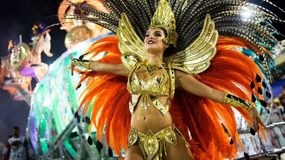 Paloma Bernardi, destaque da Grande Rio, desfila na Marquês de Sapucaí, no Rio