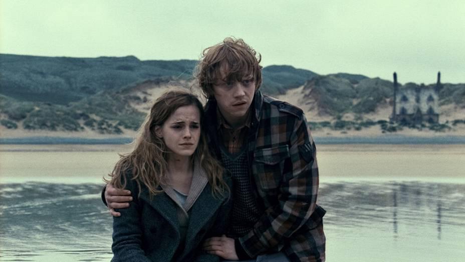 Ron Weasley (Rupert Grint) e Hermione Granger (Emma Watson) em cena de <em>Harry Potter e as Relíquias da Morte</em>, 2010
