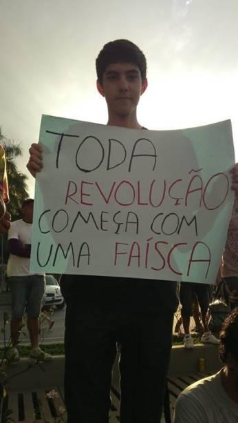 Manifestante usa frase de Jogos Vorazes em cartaz, durante protesto no Brasil