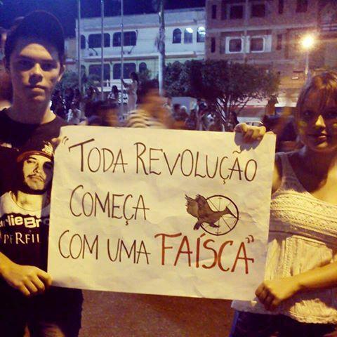 Manifestantes usam frase de Jogos Vorazes em protesto no Brasil