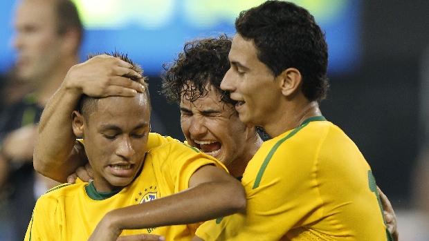 Neymar, Ganso e Pato comemoram o primeiro gol da seleção brasileira no amistoso contra os Estados Unidos