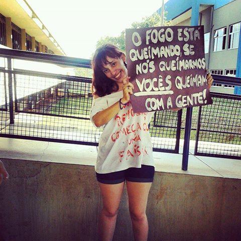 Manifestante exibe cartaz com frase do livro A Esperança, da série Jogos Vorazes, em protesto no Brasil