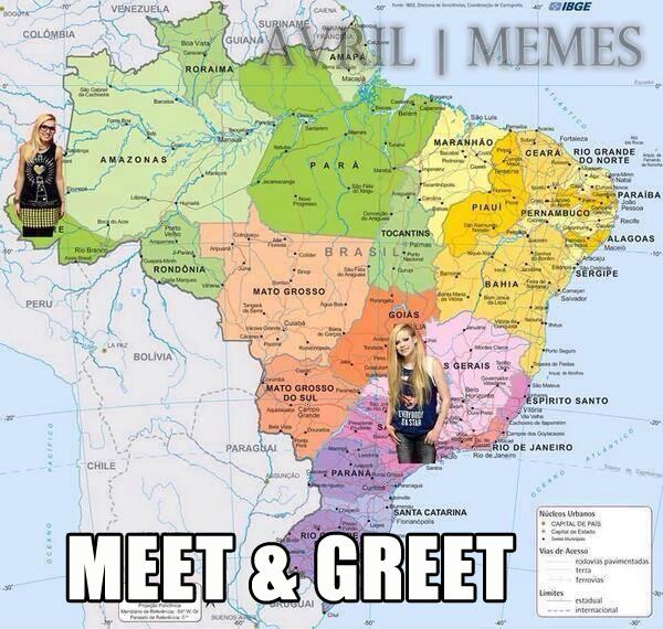 Meme inspirado nas fotos de Avril Lavigne com seus fãs brasileiros, que não puderam encostar na cantora