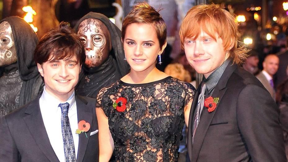 O trio de protagonistas, Daniel Radcliffe, Emma Watson e Rupert Grint, na premiere de <em> Harry Potter e as Relíquias da Morte</em>, em Londres, 2010