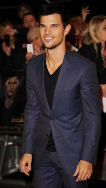 O ator Taylor Lautner durante première de Amanhecer - Parte 2 em Londres