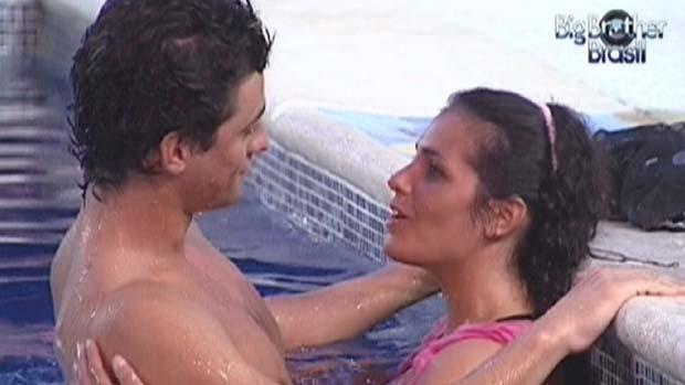 Noemi e Fael na piscina após primeiro beijo