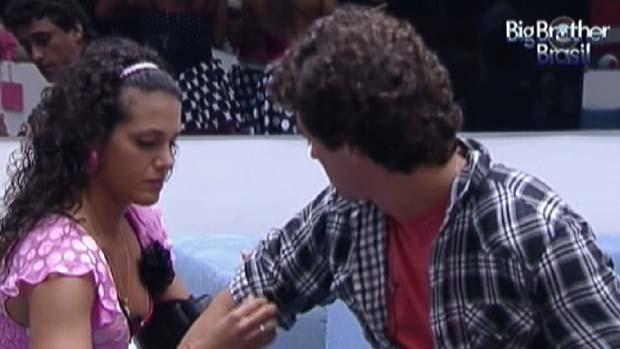 Noemi ajeita camisa de Fael em 17/03/2012