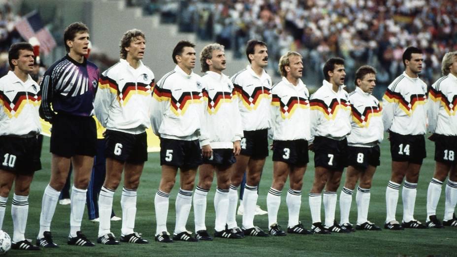 Seleção alemã antes da final de 1990: Matthaus, Illgner, Buchwald, Augenthaler,Voller,Kohler, Brehme, Littbarski, Haessler, Berthold, Klinsmann