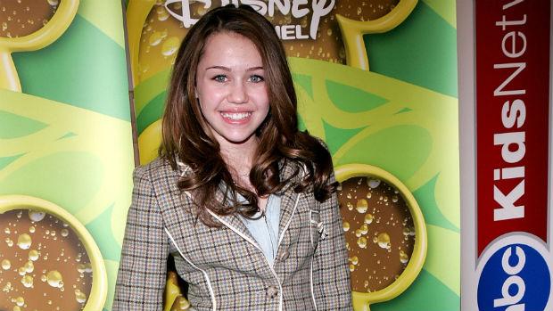A cantora Miley Cyrus em 2006, aos 13 anos, ainda recém-contratada pela Disney: rosto de criança, dentes tortos e cabelos escuros