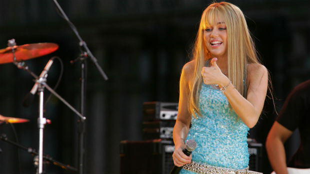 Em 2007, Miley Cyrus começa a série Hannah Montana, que a leva ao estrelato. Os cabelos, antes escuros e ondulados, dão lugar a mechas lisas e loiras