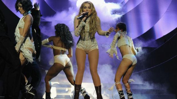 Em 2010, Miley Cyrus finalmente assume uma personalidade sexy com o disco Cant Be Tamed, e o figurino dos shows passa a ser sensual, e os cabelos, loiros