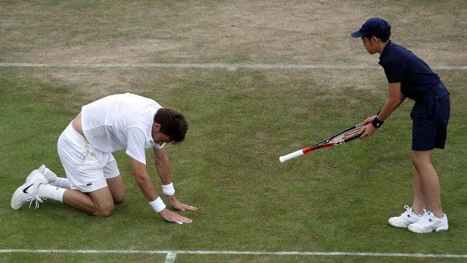 O tenista francês Nicolas Mahut durante partida contra o americano John Isner pelo torneio de Wimbledon. Os atletas bateram o recorde de jogo mais longo da história do tênis: nove horas. A partida foi interrompida no quinto set, com 59 games para cada lado, por falta de luz natural.