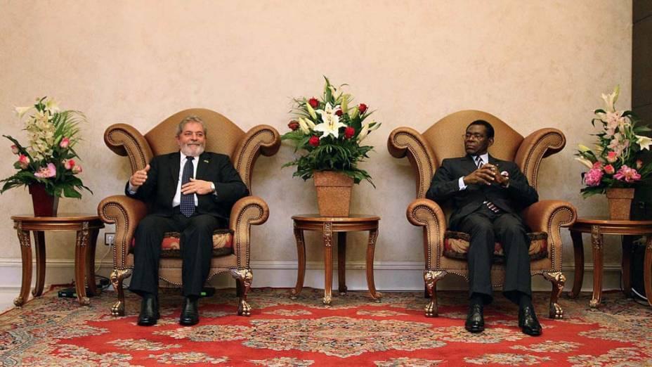O presidente brasileiro Luiz Inácio Lula da Silva foi recebido por Obiang Nguema Mbasogo, presidente da Guiné Equatorial, no palácio presidencial de Malabo. Lula assinou cinco acordos de cooperação com a Guiné Equatorial