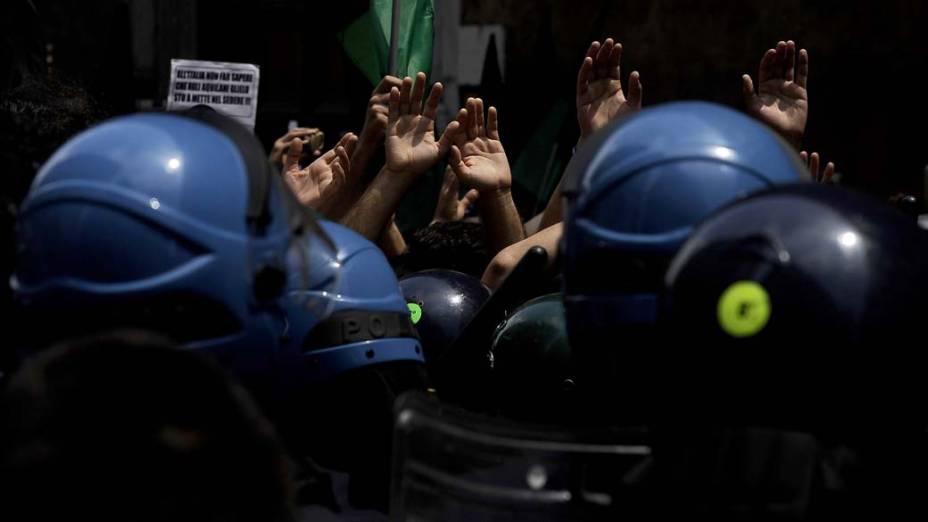 Manifestantes italianos tomaram as ruas de Aquila, em Abruzzo, para protestar pela isenção de taxas e pedir ajuda estatal para a região, atingida em 2009 por um terremoto