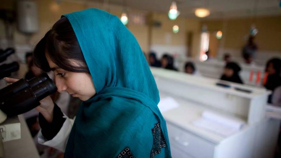 Estudante afegã utiliza laboratório na Universidade de Kabul, onde a situação das mulheres tem mudado após a queda do regime Talibã, que proibia seu acesso à educação