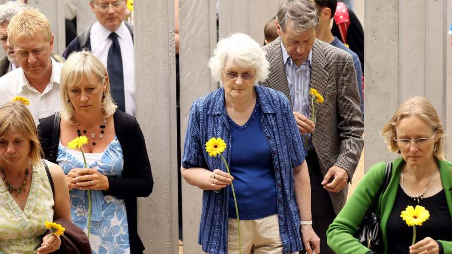 Em homenagem às vítimas dos atentados em Londres, que completam cinco anos hoje, familiares compareceram com flores a memorial no Hyde Park