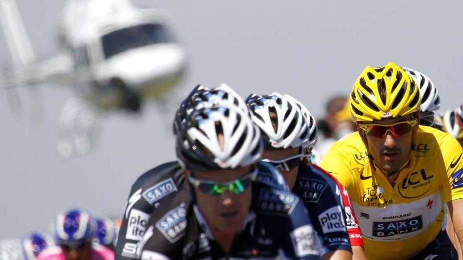 Helicóptero sobrevoa grupo de ciclistas liderado pelo suíço Fabian Cancellara, no Tour de France. A competição tem hoje sua quarta etapa, entre as cidades de Cambrai e Reims, no norte da França