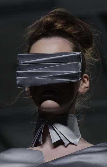 Modelo apresenta criações da estilista Ella Zhang, estudante de universidade em Hong Kong, durante a semana de moda local