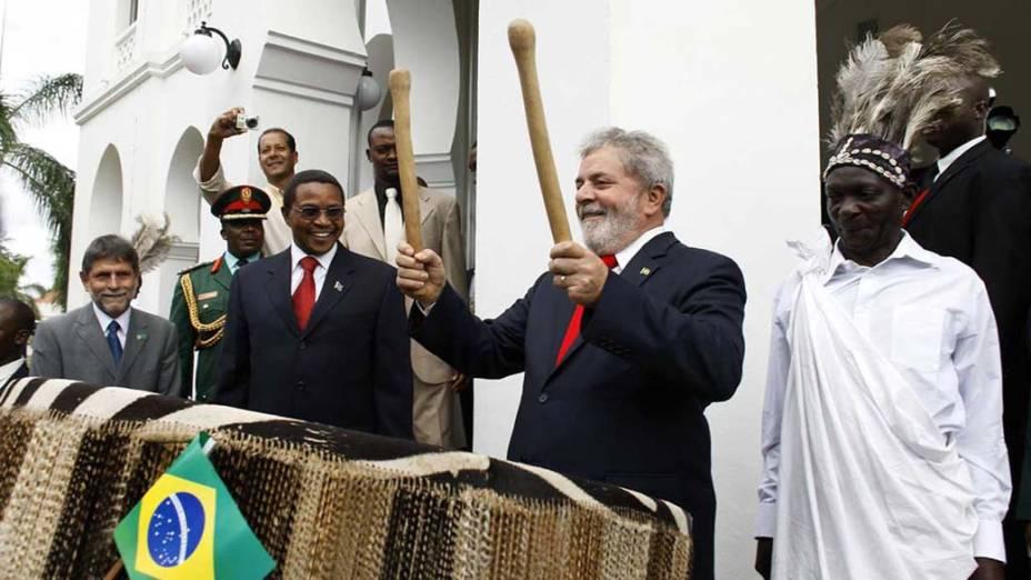 Durante encontro em Dar Es Salaam, na Tanzânia, o presidente Luiz Inácio Lula da Silva tocou tambores na presença de Jakaya  Kikwete, o presidente do país