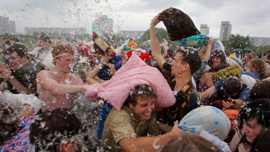 Bielorrussos participam de um flashmob de guerra de travesseiros, em Minsk