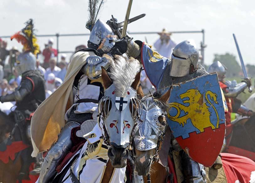 Na Polônia, homens fantasiados de cavaleiros participam de encenação para comemorar os 600 anos da Batalha de Grunwald. Em 1410, a sangrenta luta marcou a vitória da união entre lituanos e poloneses contra os cavaleiros teutônicos