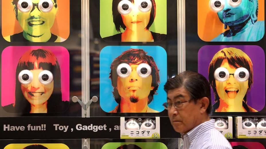 Homem passa em frente a um estande da Feira Internacional de Brinquedos de Tóquio, no Japão