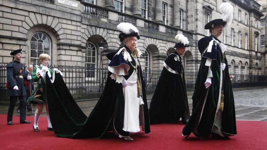 A rainha Elizabeth II, o príncipe Philip, o duque de Edimburgo e a princesa Anne participam de uma cerimônia na catedral de Santo Egídio, na Escócia