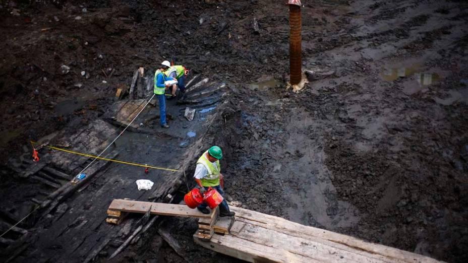 Arqueólogos examinam o que eles acreditam ser ruínas de um navio do século 18. A embarcação, encontrada nas ruínas das Torres Gêmeas, tem 9,75 metros de comprimento e pode ter sido usada em aterro na ilha de Manhattan