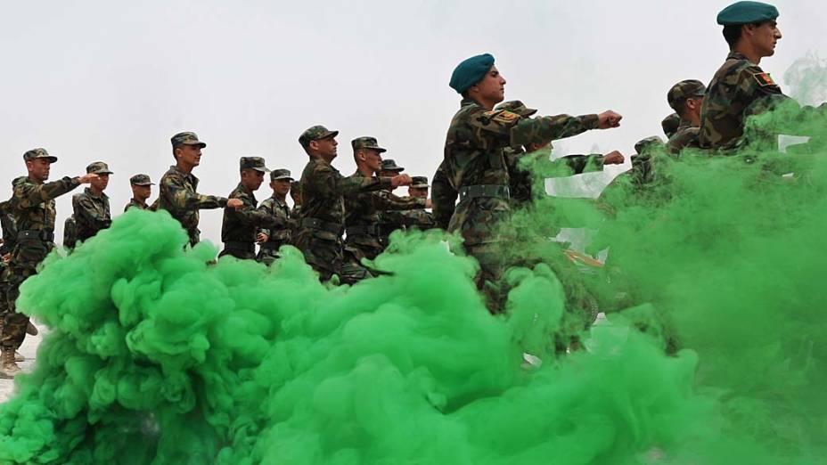 Soldados do Exército Nacional Afegão marcha durante cerimônia de graduação, em um centro de treinamento em Cabul. Atualmente, as forças afegãs contam com 100.000 tropas, mas os planos são para que, com a ajuda da Otan e dos Estados Unidos, o número cresça para 240.000 até 2011