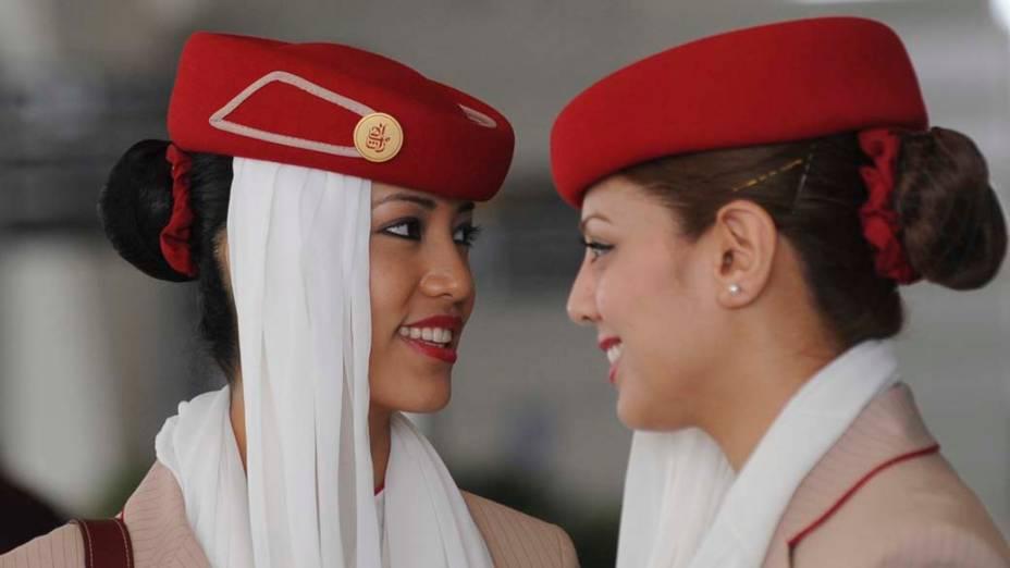 Aeromoças da companhia aérea Emirates Airlines conversam na cabine do Airbus A380, o maior avião comercial de passageiros do mundo, após pousarem no aeroporto internacional de Nova Déli, na Índia
