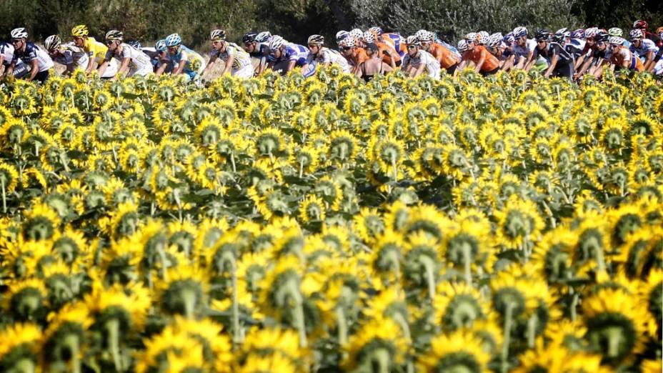 Ciclistas correm na 11ª etapa da Volta da França, disputada entre as cidades francesas de Sisteron e Bourg Lès Valence (184,5 km). O vencedor foi o britânico Mark Cavendish