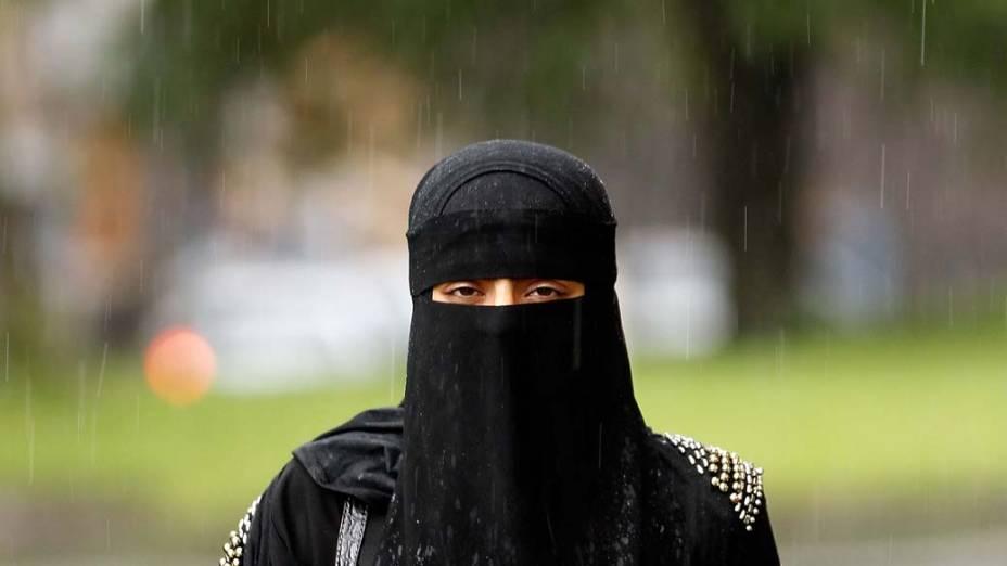 Mulher muçulmana usa o niqab enquanto anda pelas ruas de Blackburn, na Inglaterra. O polêmico véu que cobre todo o rosto das mulheres foi banido nesta terça-feira das universidades da Síria. Na Europa, alguns países cogitam a proibição do niqab