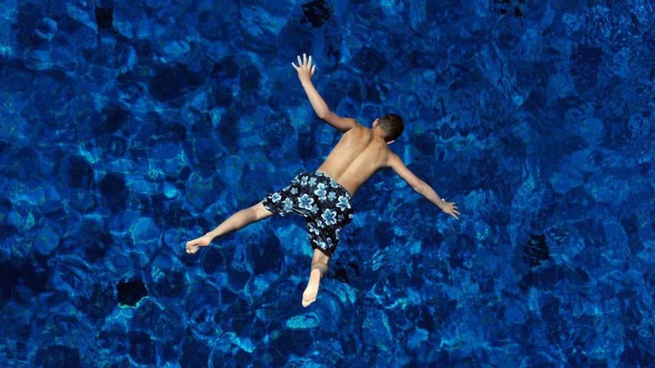 Um menino pula em uma piscina, em Berlim. Na Alemanha, as temperaturas atingiram os 30ºC