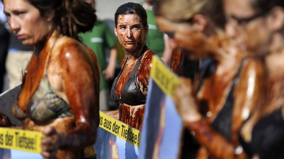 Manifestantes do Greenpeace protestam, em frente ao Ministério da Economia da Alemanha, contra o derramamento de óleo no Golfo do México. A British Petroleum, empresa responsável pelo vazamento, se disse confiante quanto ao fim do derramamento