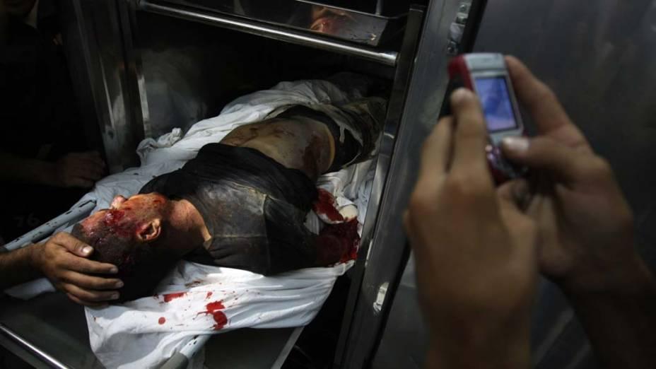 Militante palestino morto por disparos da artilharia israelense. Outras 10 pessoas ficaram feridas durante o confronto que ocorreu quando o grupo de militantes se aproximou da fronteira com Israel para supostamente lançar foguetes contra o território vizinho
