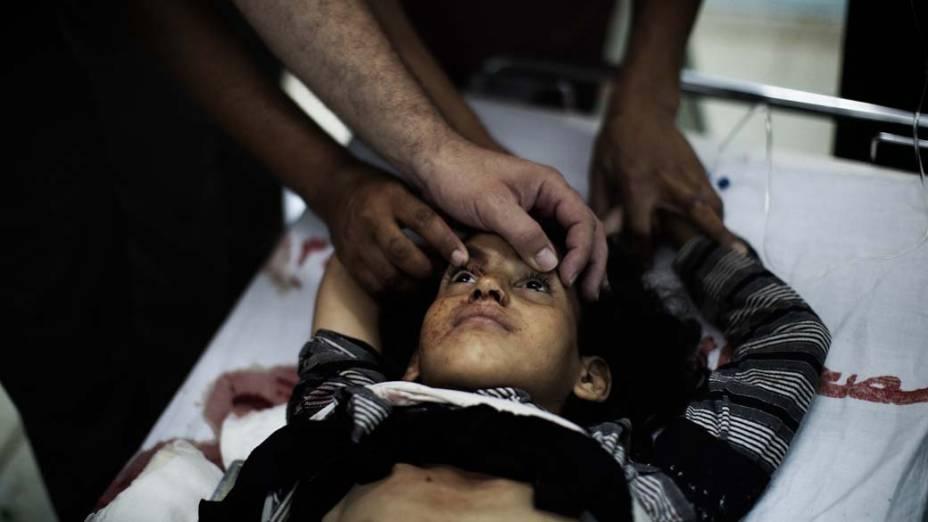 Menina palestina é atendida em um hospital da Faixa de Gaza. Ela ficou ferida durante o confronto entre a artilharia israelense e militantes palestinos, que deixou 1 morto e 10 feridos
