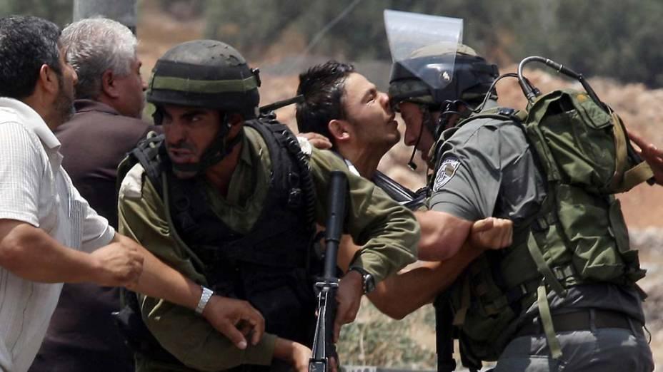 Palestinos entram em confronto com soldados em Lubban al-Gharbi, na Cisjordânia, após as forças israelenses demolirem duas casas e quatro lojas que foram construídas sem a autorização do exército