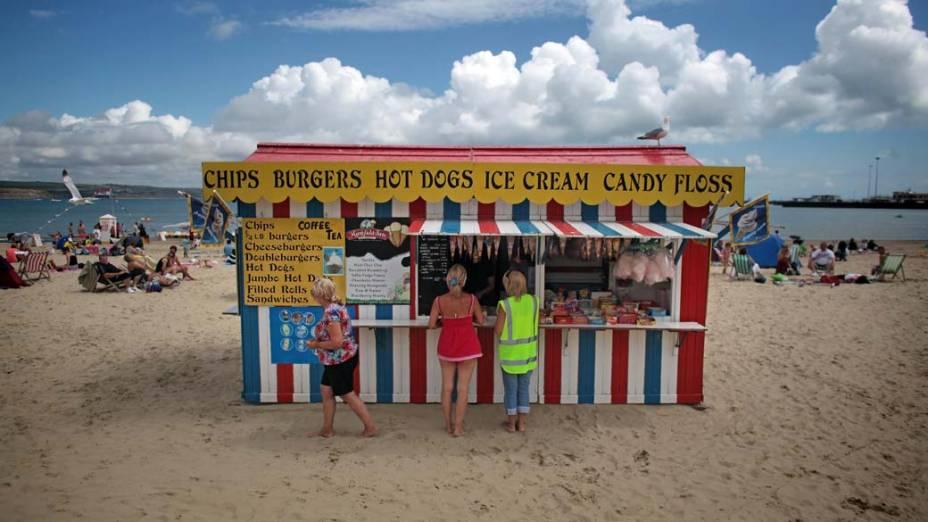 Pessoas aproveitam o verão em uma praia de Weymouth, na Inglaterra