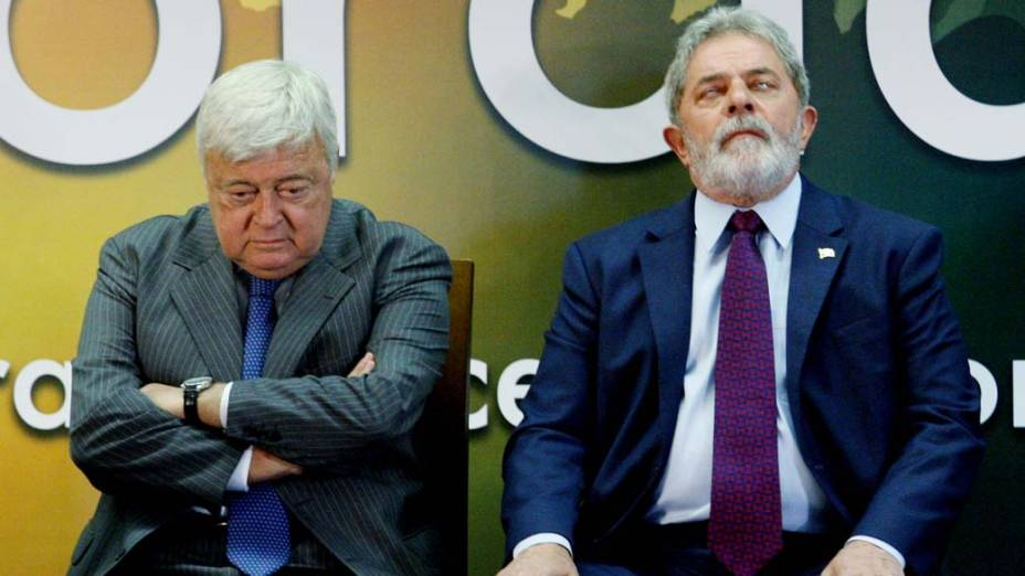 O presidente da CBF, Ricardo Teixeira, e o presidente Luiz Inácio Lula da Silva assinam sanção de projeto que altera o Estatuto do Torcedor, em Brasília