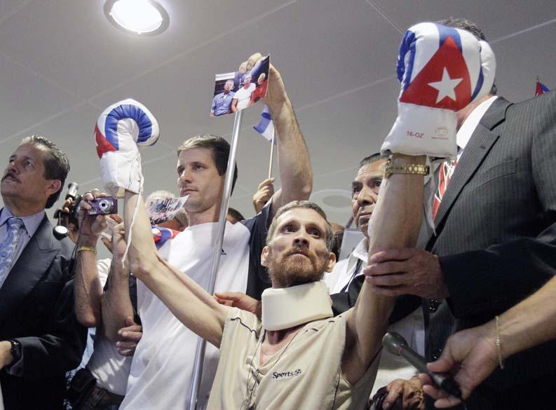 O cubano Ariel Sigler comemora sua chegada no aeroporto internacional de Miami, nos Estados Unidos. Após cumprir sete anos de pena, ele é um dos 75 prisioneiros políticos libertados pelo regime da ilha por motivos de saúde
