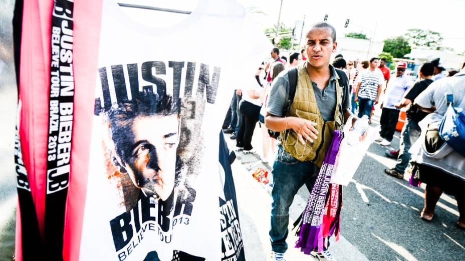 Camisetas e faixas à venda para os fãs de Justin Bieber do lado de fora da Arena Anhembi, em São Paulo