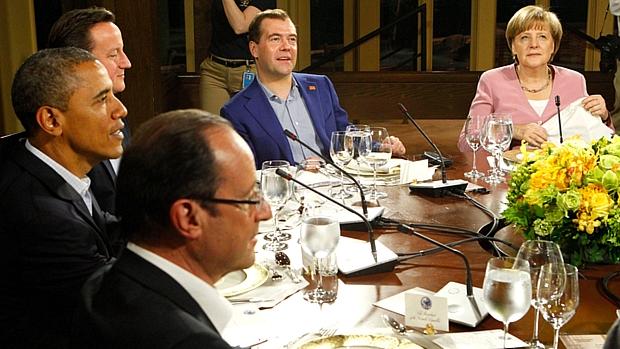 François Hollande, Barack Obama, David Cameron, Dmitri Medvedev e Angela Merkel em jantar de trabalho na Cúpula do G8