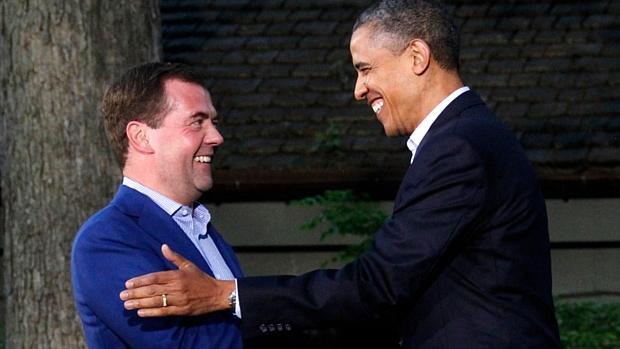 Dmitri Medvedev, premiê russo, cumprimenta Barack Obama, presidente americano, no início da Cúpula do G8